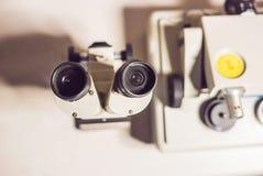 Levigatrice della smerigliatrice di micrometro di precisione con una m. ottica Fotografie Stock Libere da Diritti