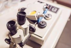 Levigatrice della smerigliatrice di micrometro di precisione con una m. ottica Fotografia Stock Libera da Diritti