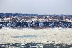 Levis som sett över Stet Lawrence River från Quebec City royaltyfria bilder