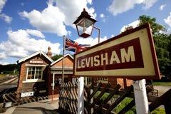 Levisham-Stationszeichen auf dem Nord-Yorks macht Weinleseeisenbahn fest stockfotografie