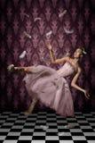 Levitação disparada de uma mulher e de penas Fotografia de Stock Royalty Free