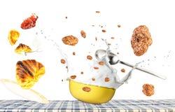 Levitação do café da manhã imagens de stock
