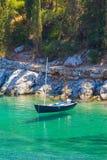 Levitando o barco na água clara Imagem de Stock Royalty Free