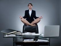 Levitação da mulher da secretária do negócio Imagem de Stock Royalty Free