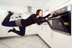 Levitation in der Küche stockbild