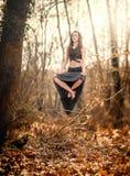 levitazione Donna che galleggia sull'aria sottile, dentro una foresta mistica Fotografia Stock Libera da Diritti