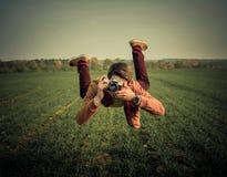 levitazione Levitazione di un tipo con una macchina fotografica Fotografie Stock Libere da Diritti