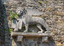 Lew Świątobliwy Mark na ścianie historyczny kasztel w Gorizia, Włochy obrazy stock