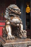 Lew brązowa statua przed buddyjską świątynią Fotografia Stock