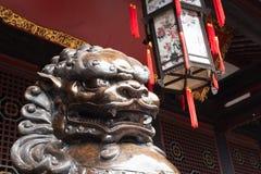 Lew brązowa statua przed buddyjską świątynią Obrazy Royalty Free