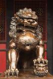 Lew brązowa statua przed buddyjską świątynią Zdjęcie Royalty Free