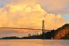 Lew bramy Bridżowy i W centrum Vancouver z spektakularnymi chmurami Obraz Royalty Free