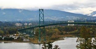 Lew bramy most, spadku kolor, jesień liście, miasto krajobraz w Stanley Paark, W centrum Vancouver, kolumbiowie brytyjska Fotografia Stock