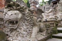 Lew głowy kamienia statua przy Pura Dalem świątynią w Ubud fotografia stock