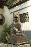 Lew jako opiekun przy wejściem w Yu ogródzie w Szanghaj, Chiny obrazy royalty free