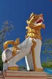 Lew przed świątynią. Obrazy Stock