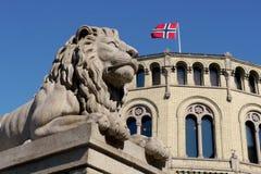 Lew statua na zewnątrz norweskiego parlamentu zdjęcie stock