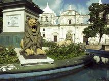 Lew statui Parque centrala z Katedralnym Leon w tła Ni obrazy royalty free