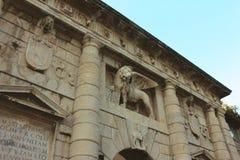 Lew StMarcus z skrzydłami na miasto triumfalnym łuku Obrazy Royalty Free