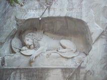 Lew zabytek w lucernie, Szwajcaria inskrypcja upamiętniać dla odważnych żołnierzy fotografia royalty free