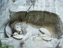 Lew zabytek w lucernie, Szwajcaria inskrypcja upamiętniać dla odważnych żołnierzy obraz stock