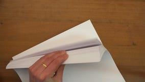 Lewa ręka obraca pustych prześcieradła papier zdjęcie wideo