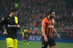 Lewandowski und Srna während einer Abgleichung der Champions League Stockbild