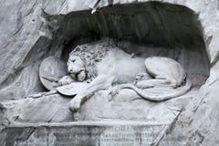 Lewendenkmal lwa pomnikowy punkt zwrotny w lucernie, Szwajcaria Ja rzeźbił na falezie honorować Szwajcarskich strażników Louis XV fotografia stock