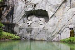 Lewendenkmal, ориентир ориентир памятника льва в Люцерне, Швейцарии Оно было высекаено на скале для того чтобы удостоить швейцарс стоковая фотография