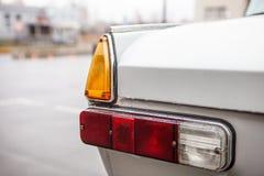 Lewi taillights retro samochód po deszczu, fotografia royalty free