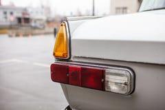 Lewi taillights retro samochód po deszczu, Zakończenie zdjęcia stock