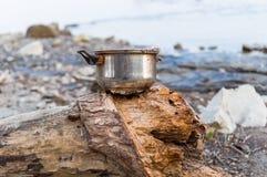 Lewica brudny garnek na brzeg rzeki Zdjęcia Stock
