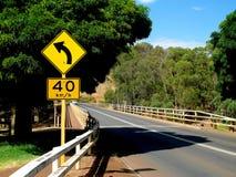 Lewicy krzywy naprzód znak i prędkości ograniczenie podpisujemy Zdjęcie Royalty Free