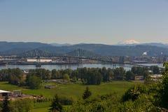 Lewis et Clark Bridge au-dessus du fleuve Columbia avec le Mt St Helens image stock