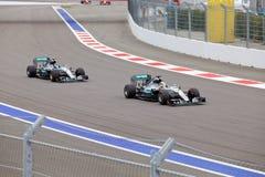 Lewis Hamilton av det Mercedes AMG Petronas F1 laget leder laget för Nico Rosberg Mercedes AMG Petronas formel 1 Royaltyfria Foton