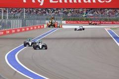 Lewis Hamilton av det Mercedes AMG Petronas F1 laget leder laget för Nico Rosberg Mercedes AMG Petronas formel 1 Fotografering för Bildbyråer