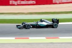 Lewis Hamilton kör den Mercedes AMG Petronas F1 lagbilen på spåret för den spanska granda prixen för formel en på strömkretsen de Royaltyfri Fotografi