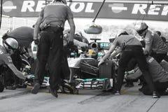 Lewis Hamilton - Merecedes F1 Treiber u. Pitstop Team Lizenzfreie Stockbilder