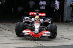 Lewis Hamilton, welches die Gruben verlässt Stockbild