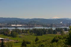 Lewis och Clark Bridge över Columbia River med Mt St Helens fotografering för bildbyråer