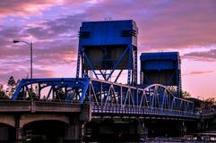 Lewiston - μπλε γέφυρα Clarkston ενάντια στο δονούμενο ουρανό λυκόφατος στα σύνορα του Αϊντάχο και των πολιτεία της Washington Στοκ φωτογραφίες με δικαίωμα ελεύθερης χρήσης