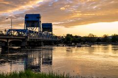Lewiston - de blauwe brug van Clarkston tegen trillende avondhemel op de grens van de staten van Idaho en van Washington royalty-vrije stock foto's