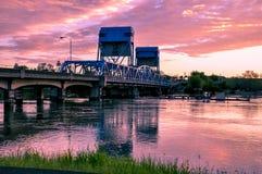 Lewiston - de blauwe brug van Clarkston tegen trillende schemeringhemel De grens van de staten van Idaho en van Washington royalty-vrije stock fotografie