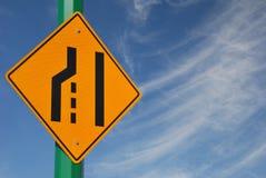lewy łączenia znaka ruch drogowy Zdjęcie Royalty Free