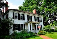 Lexington, МАМЫ: Колониальный дом на зеленом цвете деревни Стоковые Изображения RF