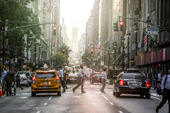 Lexington Crowdy aveny i Manhattan på runt om 5PM på en röda Ligh Royaltyfri Fotografi