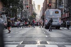 Lexington Crowdy aveny i Manhattan på runt om 5PM på en röda Ligh Fotografering för Bildbyråer