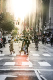 Lexington Crowdy aveny i Manhattan på runt om 5PM på en röda Ligh Arkivfoton