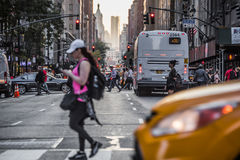 Lexington Crowdy aveny i Manhattan på runt om 5PM på en röda Ligh Arkivbild