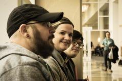 Lexington, KY US - 10. März 2018 - Lexington komische u. Toy Con Conventions-Geher machen eine Pause von der Aktion auf einem Fen Lizenzfreie Stockfotos